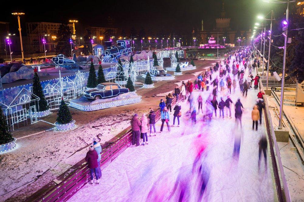 Зима наступила: в Москве открылись первые катки
