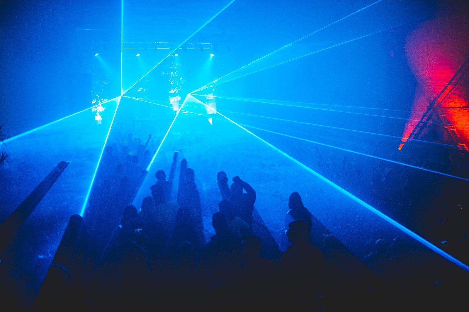 Под какую музыку вы танцуете в клубах: история и виды электронной музыки